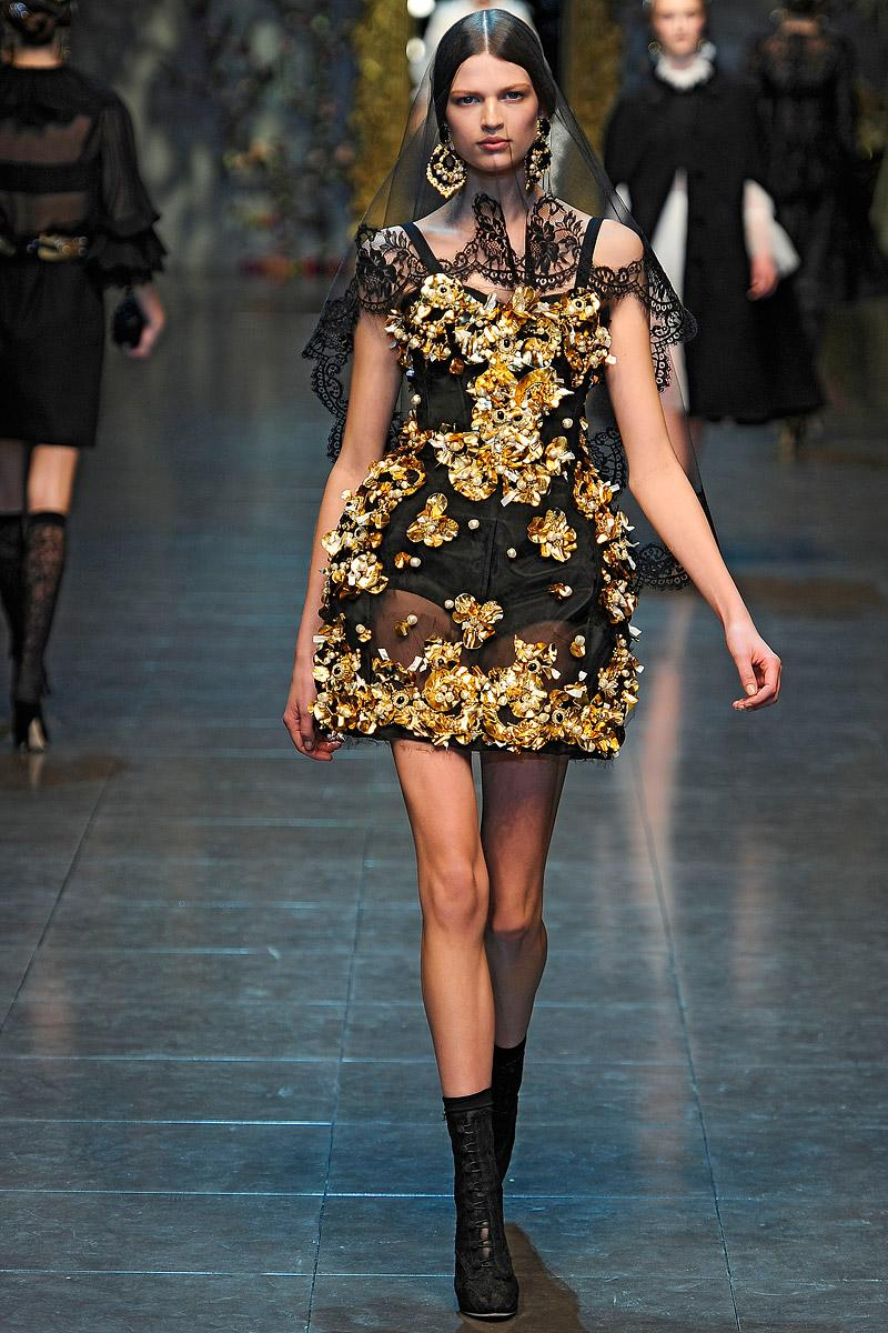 PaperBlog-celebrities-style-dolcegabbana-womens-fw-embroidered