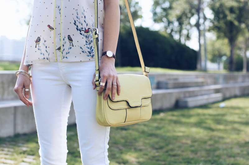 style-in-lima-bolso-bandolera-amarillo-indi-and-cold-reloj-daniel-wellington-blusa-pajaros