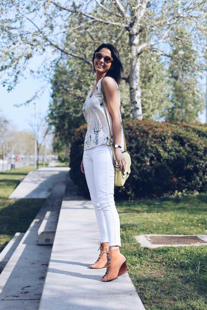style-in-lima-jeans-blancos-blusa-estampada-bolso-amarillo-zapatos-nude-rosa