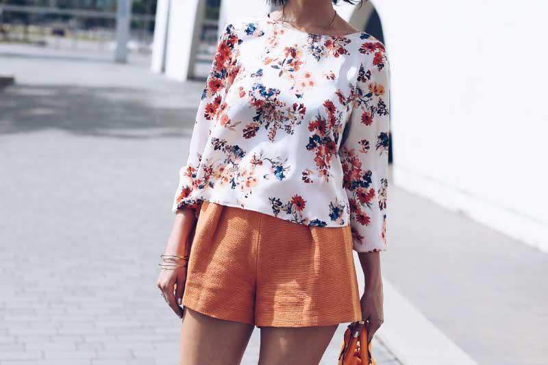 shorts-bermudas-naranja-blusa-seda-floreada-style-in-lima