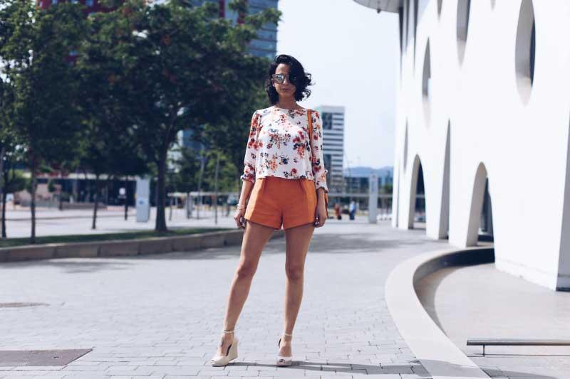 shorts-naranja-a-la-cintura-blusa-manga-larga-estampado-floreado-zapatos-melissa-bolso-naranja-style-in-lima-pelo-ondulado