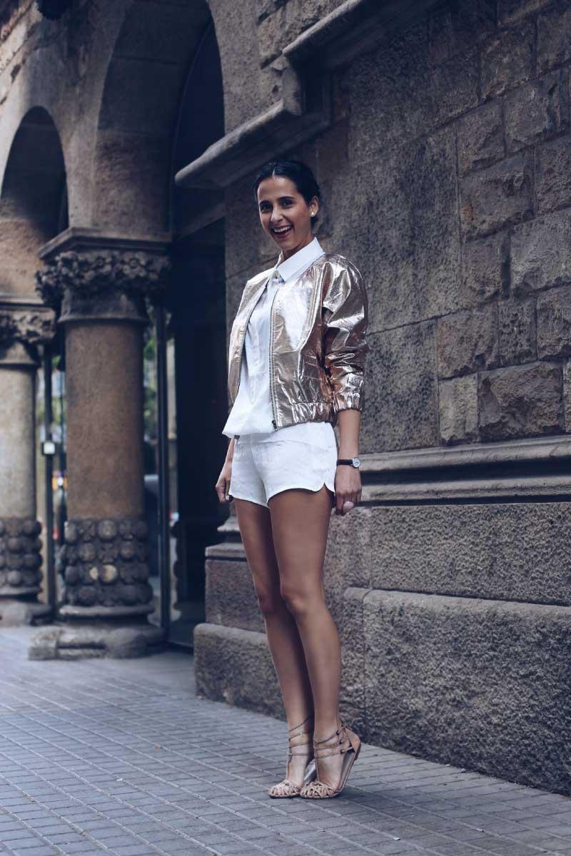 style-in-lima-chaqueta-dorada-bash-mono-shorts-blanco-ganni-girissima