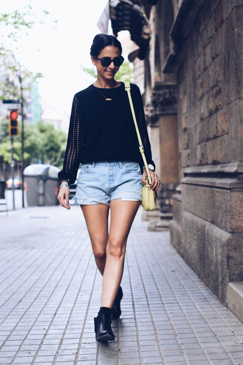 style-in-lima-spring-look-denim-vintage-shorts-black-sweater-black-boots