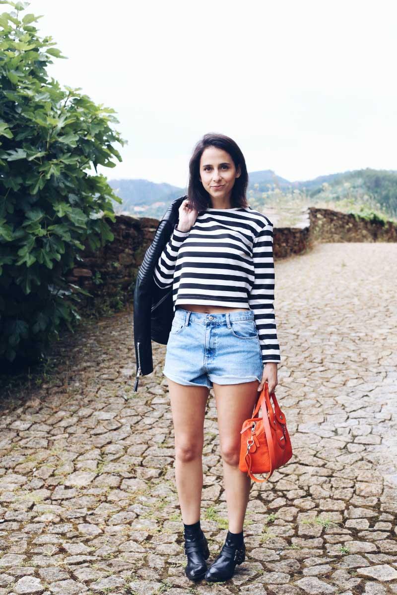 Shorts_Jean_Camiseta_Rayas_Chaqueta_Piel_Bolso_Naranja_Botines_Egus_In_Love