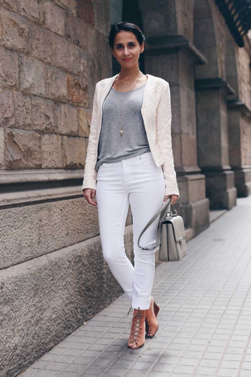 style_in_lima-chaqueta-nude-crema-blanca-jeans-blancos-sandalias