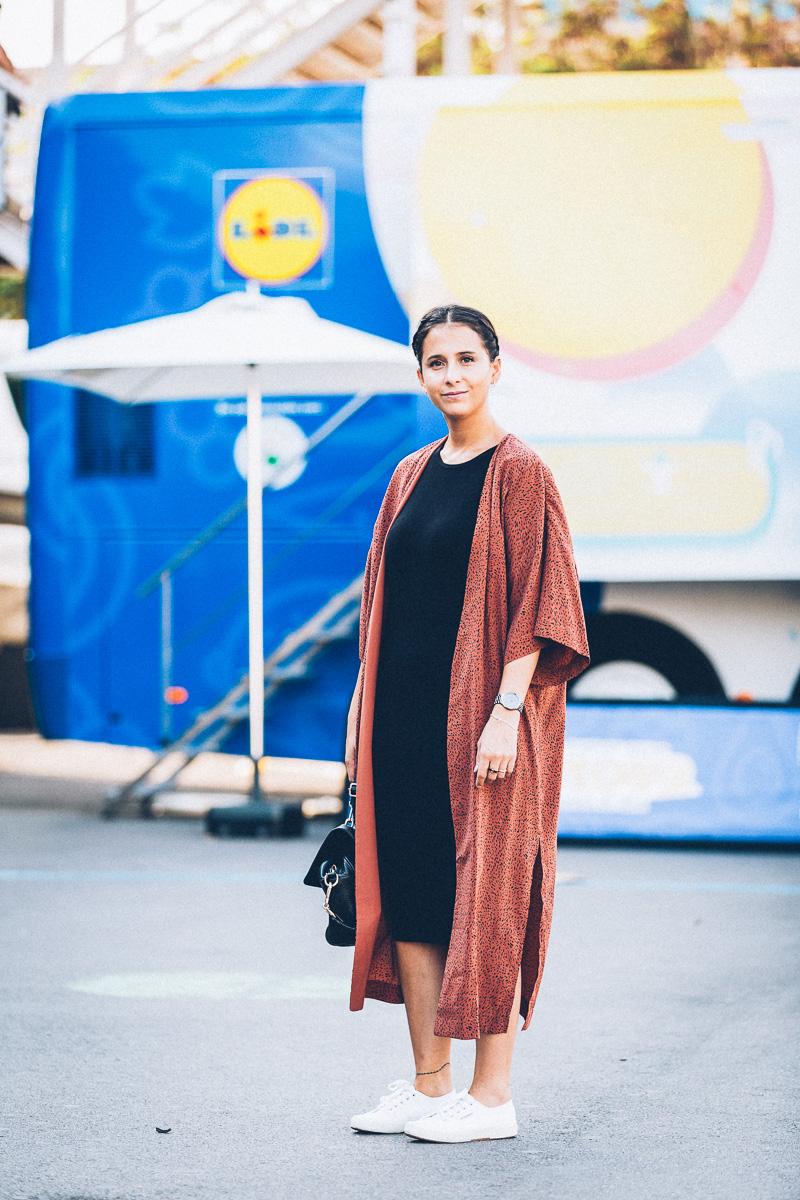 streetstyle-look-kimono-vestido-negro-zapatillas-blancas-styleinlima-gcm_1399