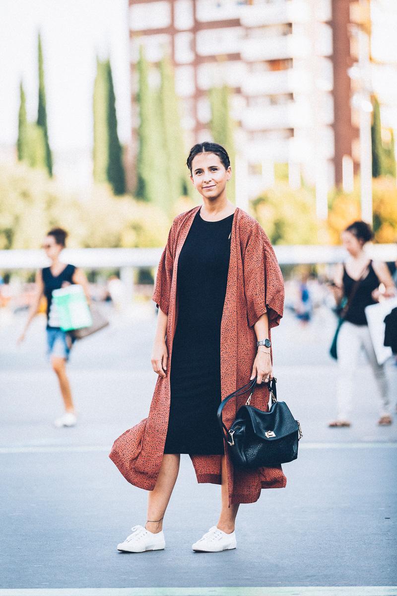 streetstyle-look-kimono-vestido-negro-zapatillas-blancas-styleinlima-gcm_1408