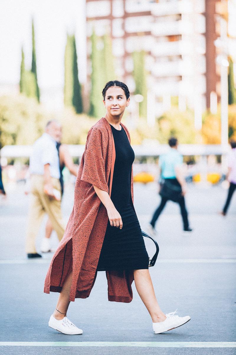 streetstyle-look-kimono-vestido-negro-zapatillas-blancas-styleinlima-gcm_1415