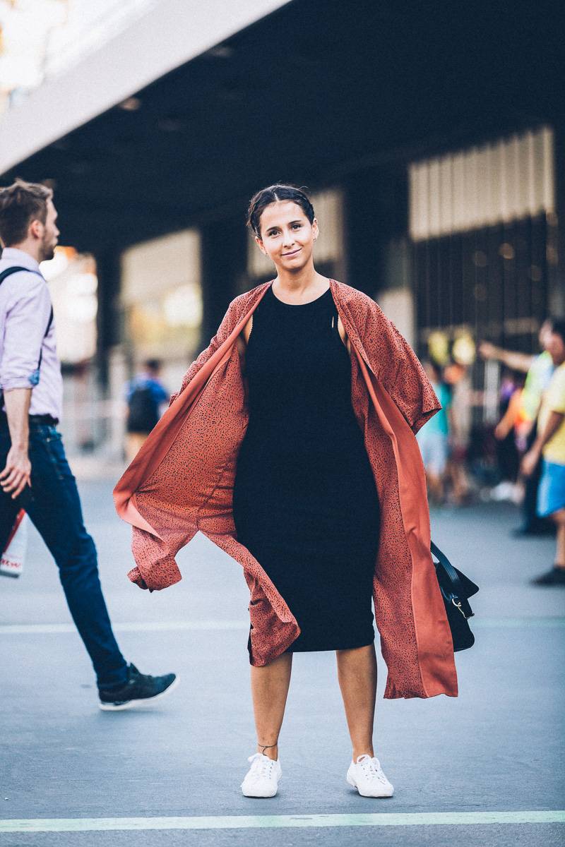 streetstyle-look-kimono-vestido-negro-zapatillas-blancas-styleinlima-gcm_1419
