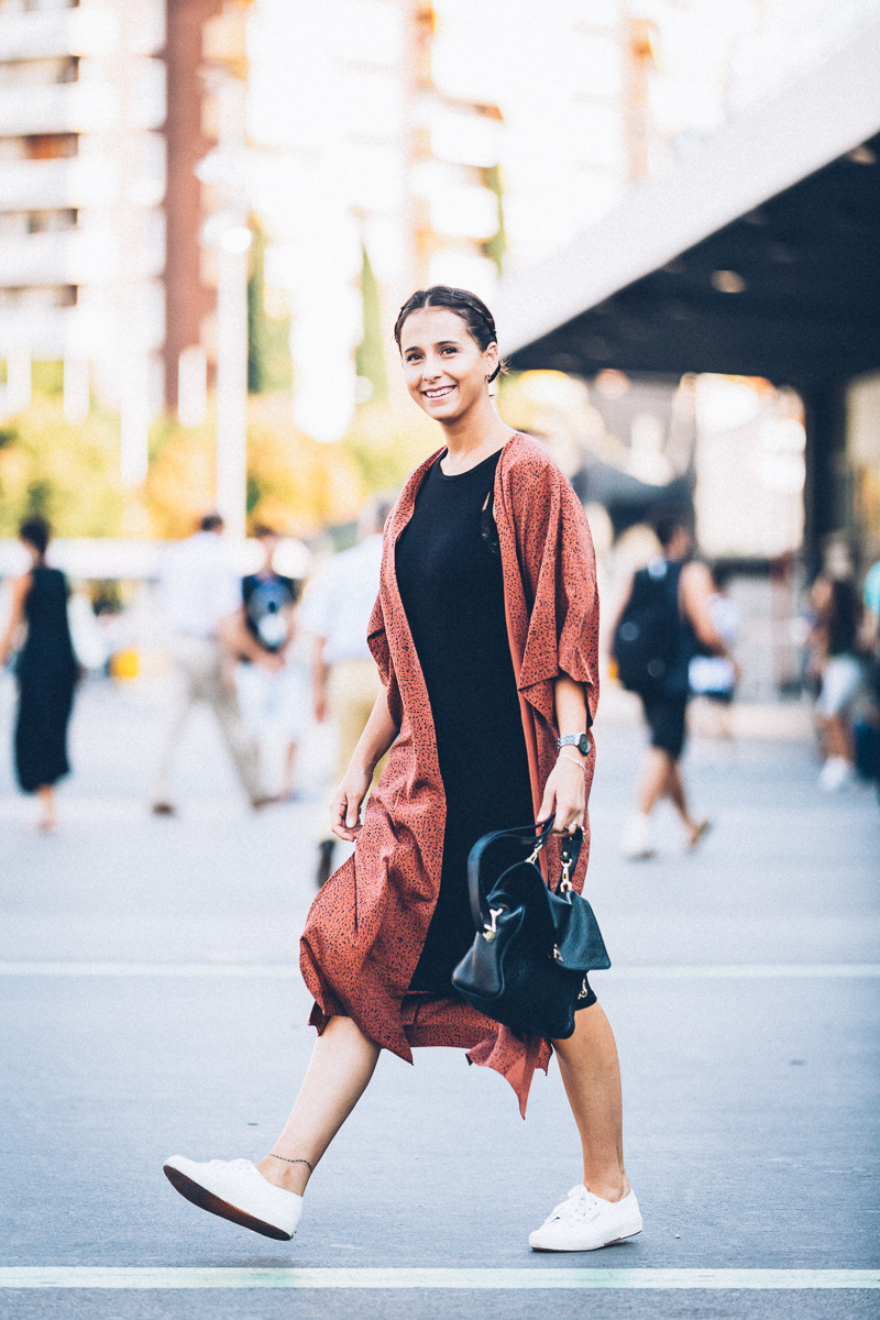 streetstyle-look-kimono-vestido-negro-zapatillas-blancas-styleinlima-gcm_1422