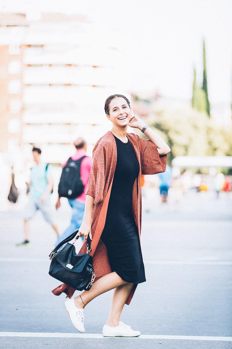 streetstyle-look-kimono-vestido-negro-zapatillas-blancas-styleinlima-gcm_1446