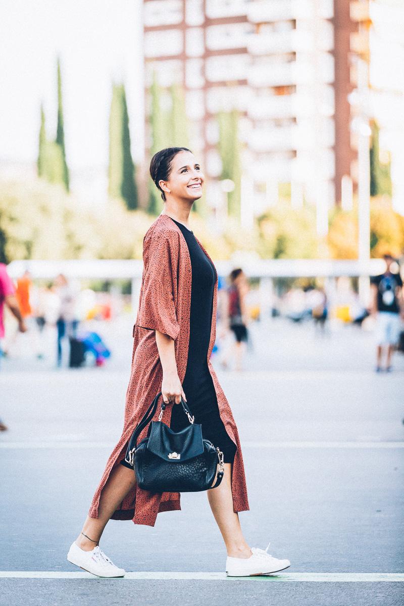 streetstyle-look-kimono-vestido-negro-zapatillas-blancas-styleinlima-gcm_1448