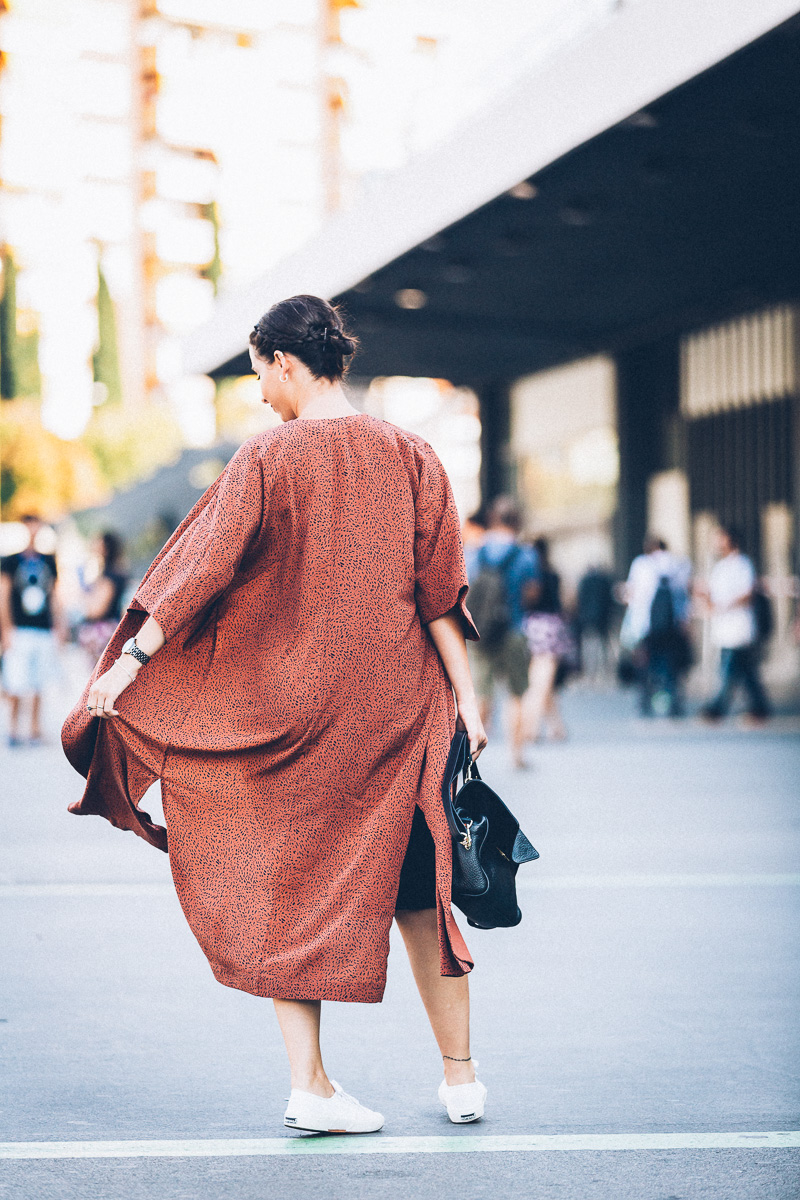streetstyle-look-kimono-vestido-negro-zapatillas-blancas-styleinlima-gcm_1451