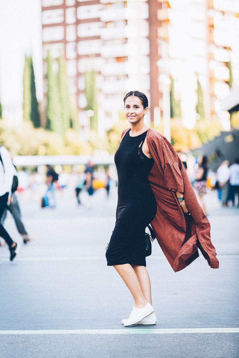streetstyle-look-kimono-vestido-negro-zapatillas-blancas-styleinlima-gcm_1455
