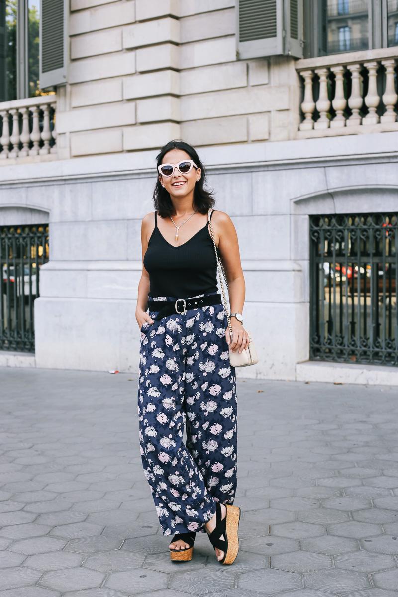 pantalón pernera ancha con diseño floral