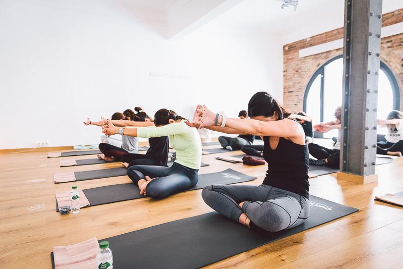 clase-yoga-veronica-blume-barcelona-quick-step-la-shala-gcm_4799