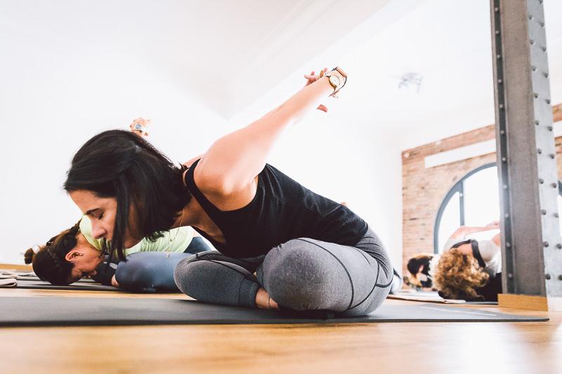 clase-yoga-veronica-blume-barcelona-quick-step-la-shala-gcm_4806
