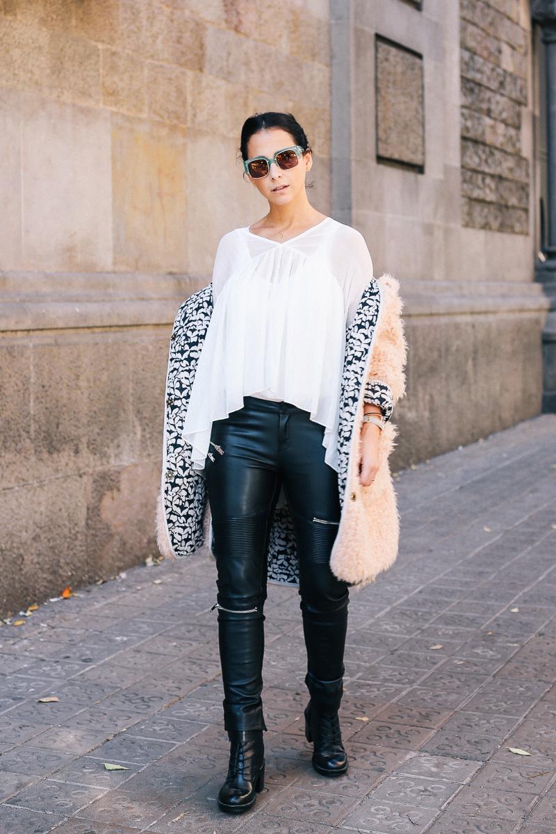 pantalón de cuero y blusa holgada