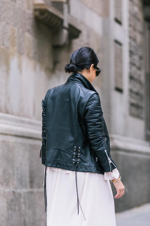 look-vestido-volantes-chaqueta-piel-zapatillas-vans-GCM_3754