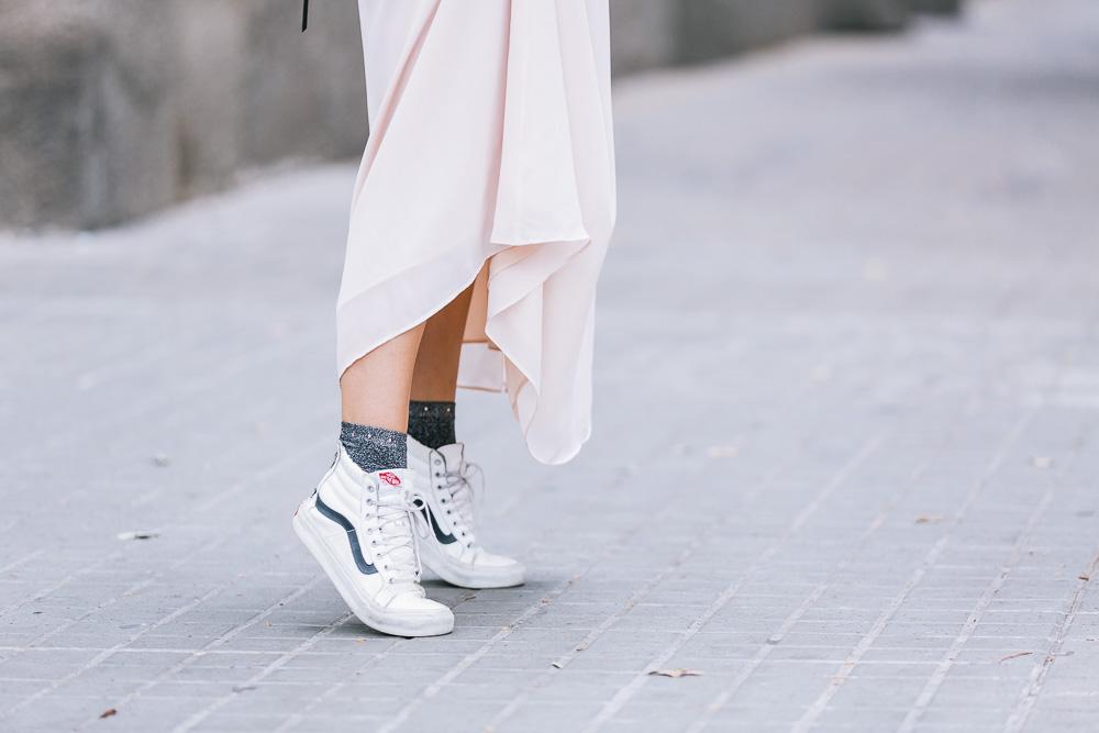 look-vestido-volantes-chaqueta-piel-zapatillas-vans-GCM_3826