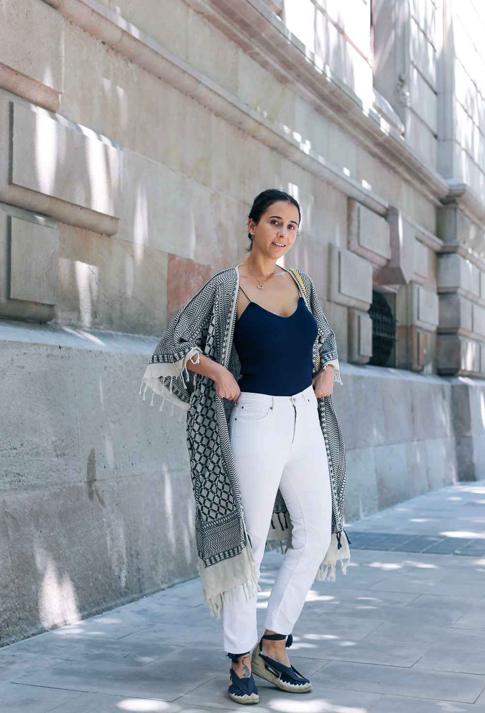 look-pantalon-blanco-kimono-becksondergaard-bolso-amarillo-streetstyle-barcelona-IMG_8168