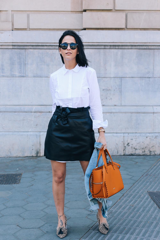 falda-piel-reciclada-ecologica-cinturon-camisa-blanca-barcelona-street-style-IMG_5183