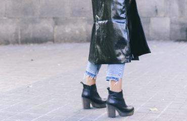 street style gabardina negra de charol