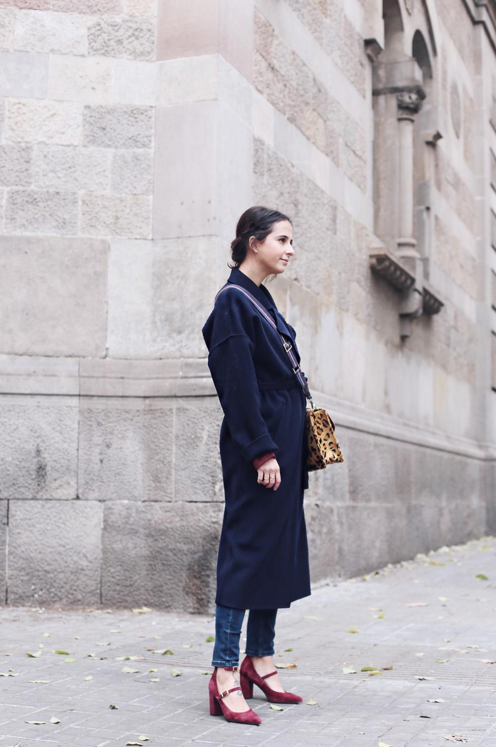 Look con abrigo estilo gabardina