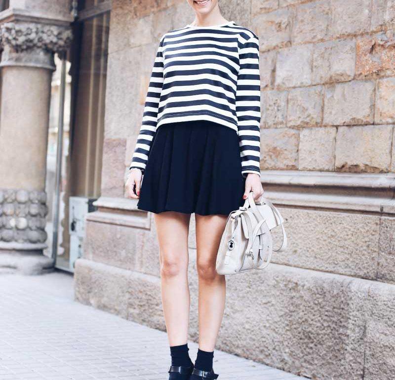 style-in-lima-zapatos-con-medias-camiseta-manga-larga-rayas-zara-falda-mini-negra-bolso-tous